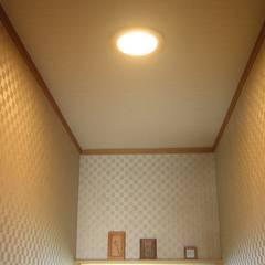 照明ON 中央: きど建築設計事務所(Kido Architectural Design Office)が手掛けた浴室です。