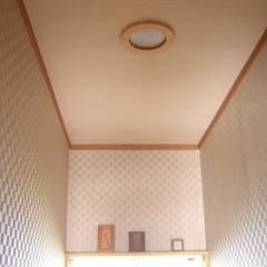 照明OFF 中央: きど建築設計事務所(Kido Architectural Design Office)が手掛けた浴室です。
