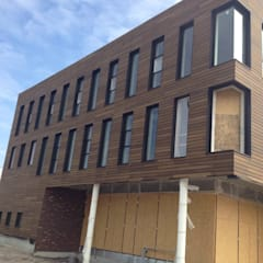 Massief houten facade:  Kantoorgebouwen door Derako International B.V.