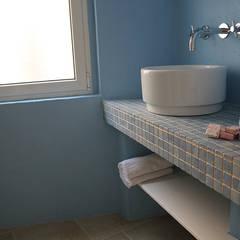 Baños de estilo mediterráneo por INARCHlab