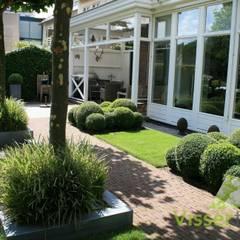 Tuin aan de Oude Rijn: rustieke & brocante Tuin door Visser Tuinen