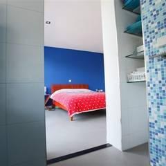 Betonlook gietvloer in slaapkamer:  Slaapkamer door Motion Gietvloeren
