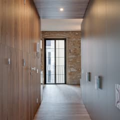 LOFTS GIRONA: Vestidores de estilo  de Lara Pujol     Interiorismo & Proyectos de diseño