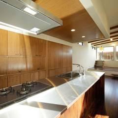 Cocinas de estilo  de 建築デザイン工房kocochi空間, Moderno