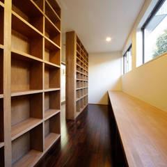 Estudios y despachos de estilo  de 建築デザイン工房kocochi空間, Moderno
