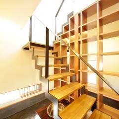 Pasillos y vestíbulos de estilo  de 建築デザイン工房kocochi空間, Moderno