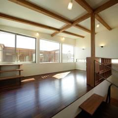 Salones de estilo  de 建築デザイン工房kocochi空間, Moderno