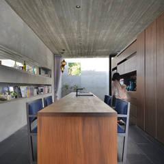 ダイニングキッチン: 株式会社クレールアーキラボが手掛けたキッチンです。