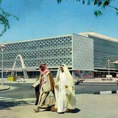Ampliación del Antiguo Palacio Municipal de Kuwait, obra del arquitecto Georges Candilis: Edificios de oficinas de estilo  de MNR - Consultoría de Arquitectura