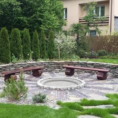 Palenisko, ognisko, skalniak, koło młyńskie, kamienie w trawniku: styl , w kategorii Ogród zaprojektowany przez Zielony Architekt,
