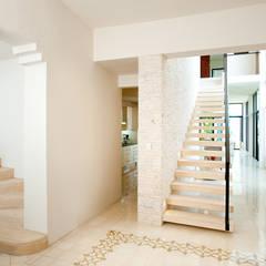 Casa CP78: Pasillos y recibidores de estilo  por Taller Estilo Arquitectura