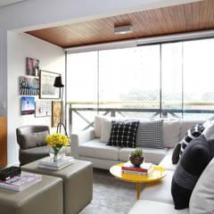 Apartamento R|C: Salas de estar  por Now Arquitetura e Interiores,