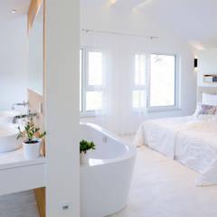Offener Schlaf- und Badbereich:  Schlafzimmer von FischerHaus GmbH & Co. KG