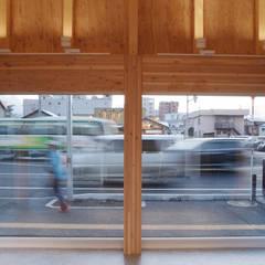 ㈱札幌ワシダ新社屋: 畠中 秀幸 × スタジオ・シンフォニカ有限会社が手掛けた自動車ディーラーです。