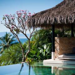 Piscinas de estilo  por Stone Contractors, Tropical