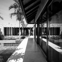 Villa Siriyana: Pasillos y recibidores de estilo  por Stone Contractors