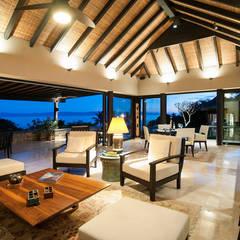 Salas / recibidores de estilo  por Stone Contractors