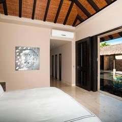 Villa Siriyana: Recámaras de estilo  por Stone Contractors, Asiático