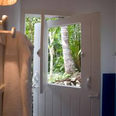 Residência Praia do Espelho - Trancoso/BA: Banheiros tropicais por Renata Romeiro Interiores