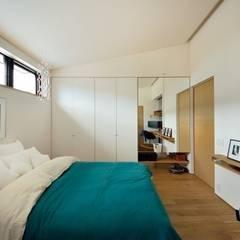 小さな平屋: 岩田建築アトリエが手掛けたウォークインクローゼットです。
