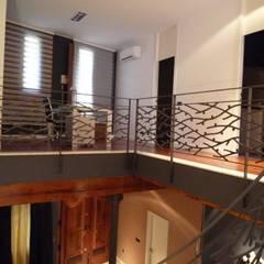 Reforma integral casa de pueblo: Pasillos y vestíbulos de estilo  de Aris & Paco Camús