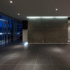グラスハウス#2/愛宕山の家 (Glass House #2): Archiplus Architectural Design Office / ㈱アーキプラス一級建築士事務所が手掛けた壁です。