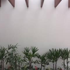Pergolado de madeira: Jardins  por Celina Molinari Arquitetura e Interiores,