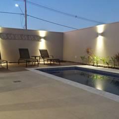 Residencia em Catanduva: Piscinas  por Celina Molinari Arquitetura e Interiores,
