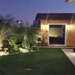 Residencia em Catanduva: Jardins  por Celina Molinari Arquitetura e Interiores,