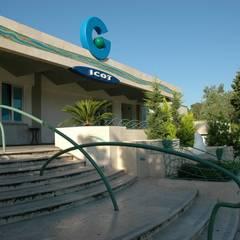 La scalinata d'ingresso: Ospedali in stile  di DESIGN Salvo Bennardello