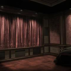 Cinema Renaissance: styl , w kategorii Pokój multimedialny zaprojektowany przez SAFRANOW