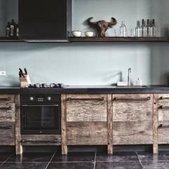Oud eiken industriële keuken: industriële Keuken door RestyleXL