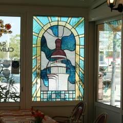 Vitrail du Phare du Grau du Roi pour un restaurant: Hôtels de style  par Atelier du vitrail Monique Copel