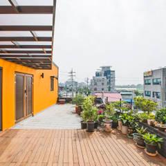덕산 W-Building: JYA-RCHITECTS의  베란다