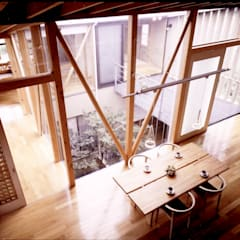 中庭型回遊プラン: 濱口建築デザイン工房が手掛けたダイニングです。