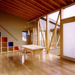 ダイニングから中庭上部と階段ホールを望む。: 濱口建築デザイン工房が手掛けたダイニングです。