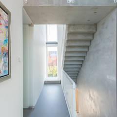 Minimalist corridor, hallway & stairs by Architect2GO Minimalist