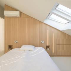 Master bedroom:  Slaapkamer door Architect2GO