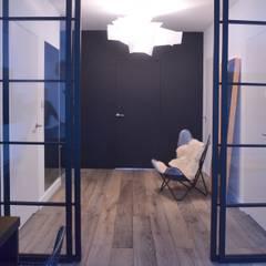 Proste, minimalistyczne, biało czarne mieszkanie: styl , w kategorii Okna zaprojektowany przez MG Interior Studio Michał Głuszak