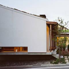 道路からエントランス部分を望む: 小栗建築設計室が手掛けた家です。