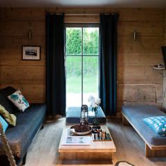 Metamorfoza domu w Bieszczadach: styl , w kategorii Salon zaprojektowany przez deco chata