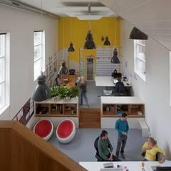 TRANSFORMATIE VAN KERK NAAR KANTOOR:  Kantoorgebouwen door HOYT architecten, Modern