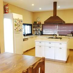 آشپزخانه by Parrado Arquitectura