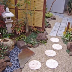 手水鉢周りを望む: 新美園が手掛けた庭です。