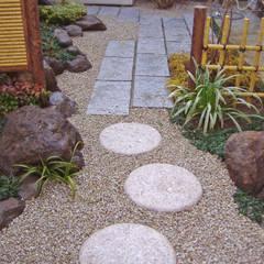 敷石テラスとの境界: 新美園が手掛けた庭です。