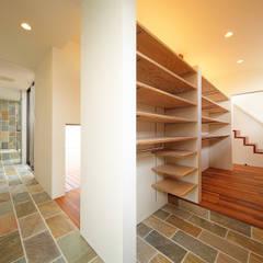 Pasillos y hall de entrada de estilo  por 一級建築士事務所haus