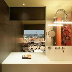 HOTEL PUERTA AMERICA, Madrid, Habitación Estudio Mariscal-Fernando Salas: Baños de estilo  de RAFAEL VARGAS FOTOGRAFIA SL
