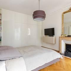 Interaction entre design moderne et éléments classiques - Photo: Sébastian Erras: Chambre de style  par QUID Architecture