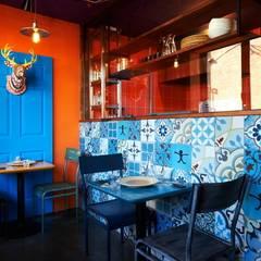 이국적인 패턴타일을 사용한 주방 벽: Design m4의  레스토랑