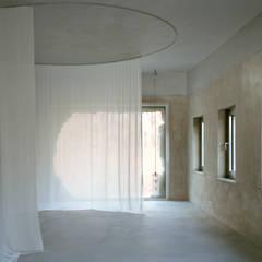 0131 Antivilla:  Schlafzimmer von Brandlhuber+ Emde, Schneider